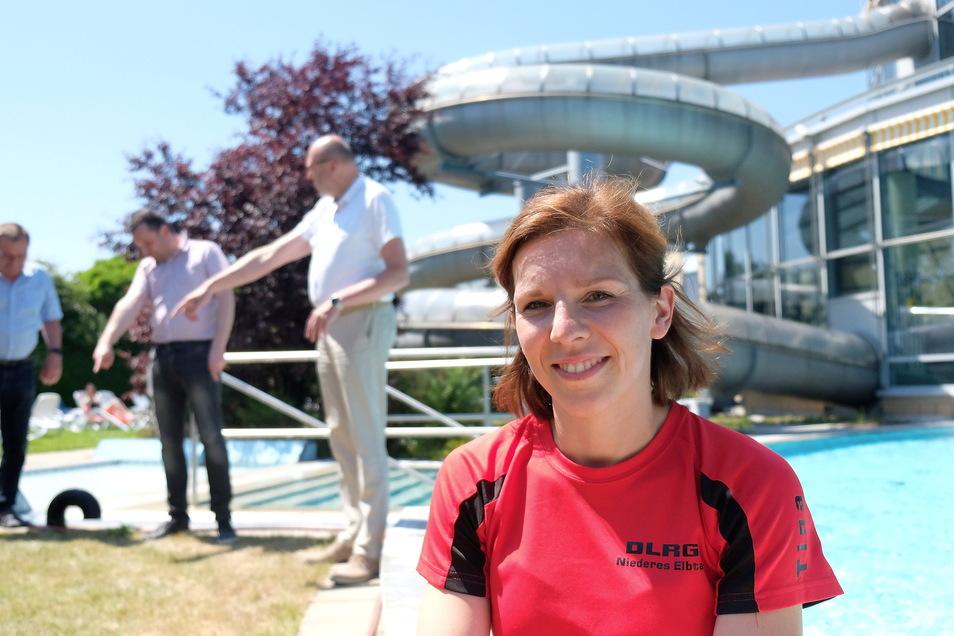 Tina Bönisch ist Fachbereichsleiterin Schwimm- und Rettungswesen der DLRG Niederes Elbtal. Das Foto entstand bei der Übergabe des Bescheids zur Vereinsförderung 2021 durch OB Olaf Raschke im Freizeitbad Wellenspiel.