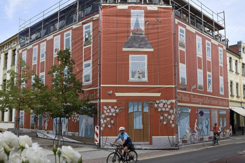 Das Haus der ehemaligen Kaffeerösterei Starke ist hinter einer kunstvollen Fassadenverhüllung verschwunden. Dort wird gebaut.