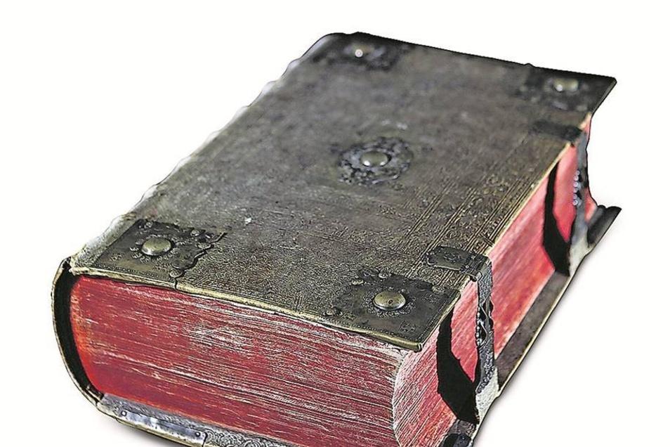 Mit Bibel-Download nicht zu messen: Eine sogenannte Kurfürstenbibel aus dem Jahr 1768 mit aufwendigen Verschlüssen.