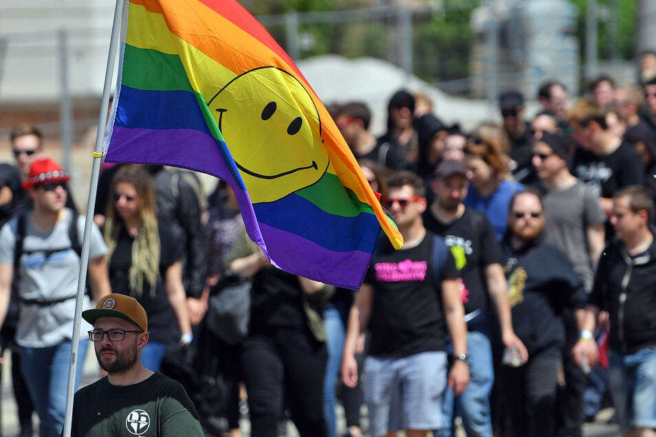 """Teilnehmer einer Demonstration des Bündnis """"Chemnitz Nazifrei"""" versammeln sich im Zentrum von Chemnitz zum Protest gegen einen Neonazi-Aufmarsch."""