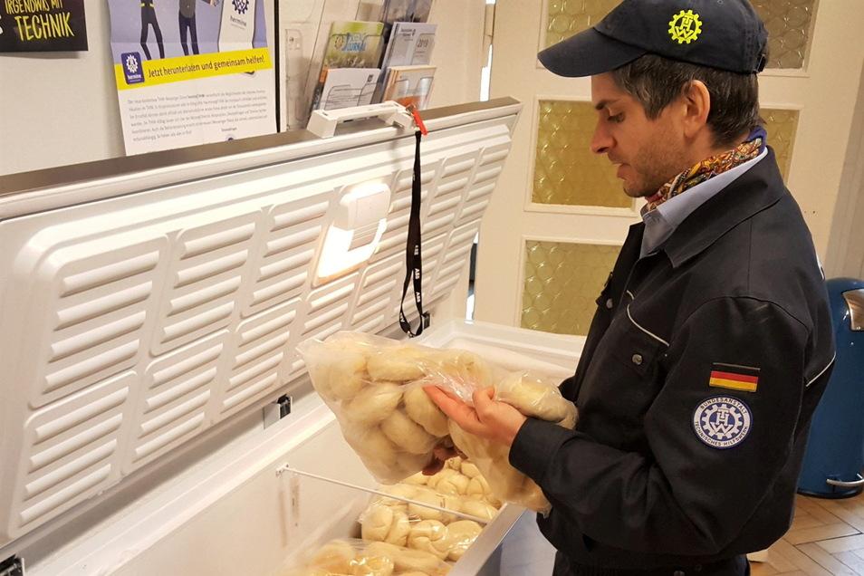 Auch das gehört zur Aufgabe eines THW-Kochs: Tomáš Pác überprüft das Haltbarkeitsdatum von gefrosteten Brötchen.