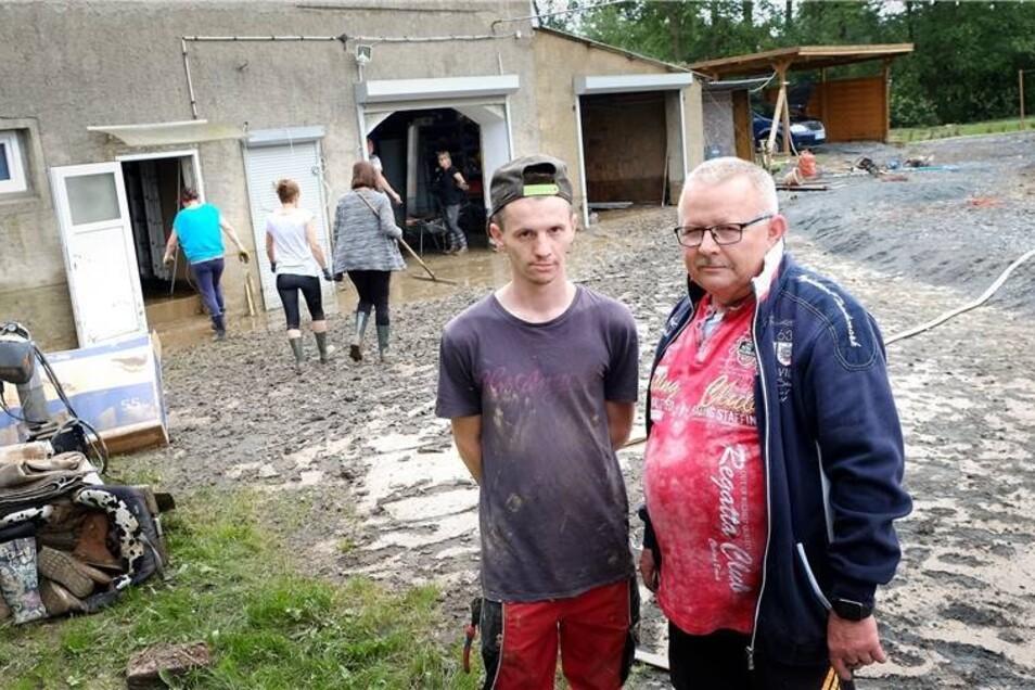 Nach dem Starkregen kam es in der Lommatzscher Pflege teilweise zu schweren Überschwemmungen. Das Grundstück von Karsten Schulze und seiner Familie in Höfgen wurde von den Schlamm- und Wassermassen geradezu überrollt.