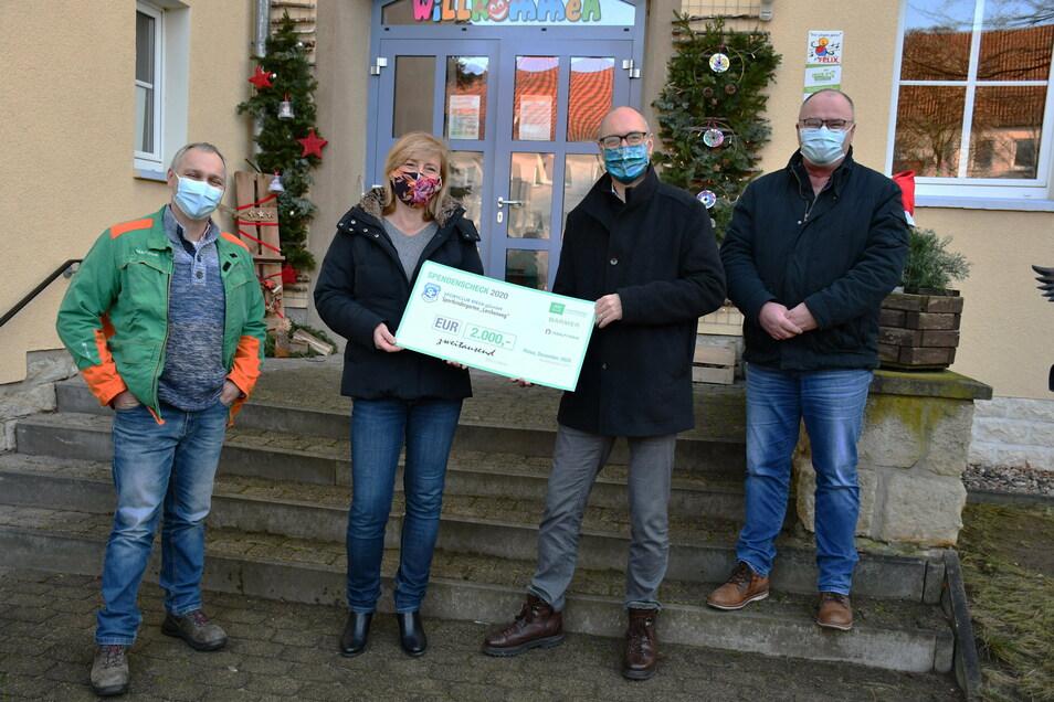 Einen Scheck über 2.000 Euro bekam Martina Kuge, Leiterin der Riesaer Kita Lerchenweg. Überreicht wurde er von (v. l.) Dennis Malluschke, Christian Dohr und Maik Paul von Feralpi Stahl.