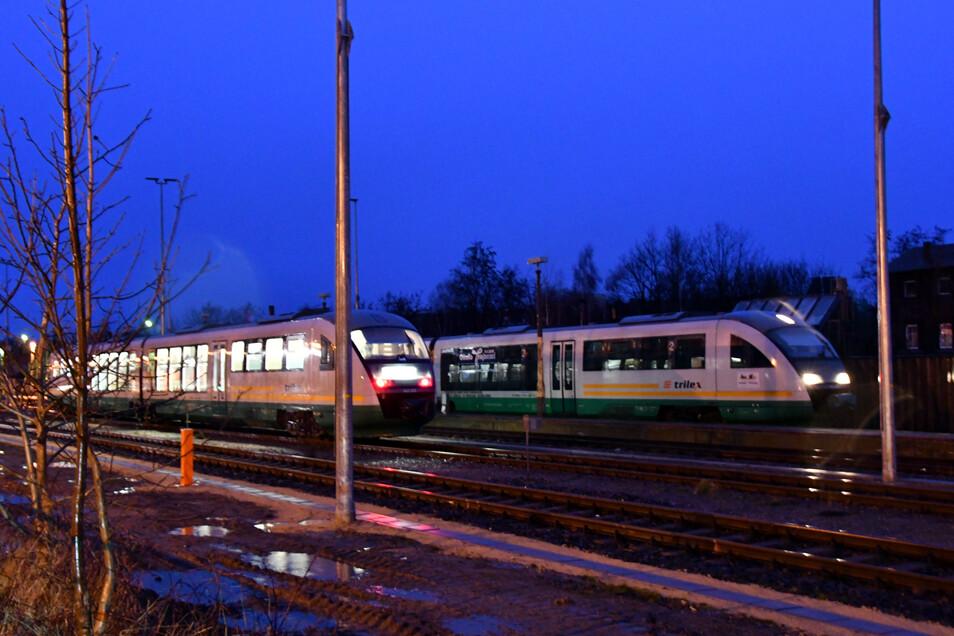 Trilex und Odeg standen wegen Bäumen auf den Gleisen still, Montagnachmittag fuhren die Züge wieder. Am Dienstagmorgen will die Länderbahn zunächst Testfahrten ohne Passagiere absolvieren.
