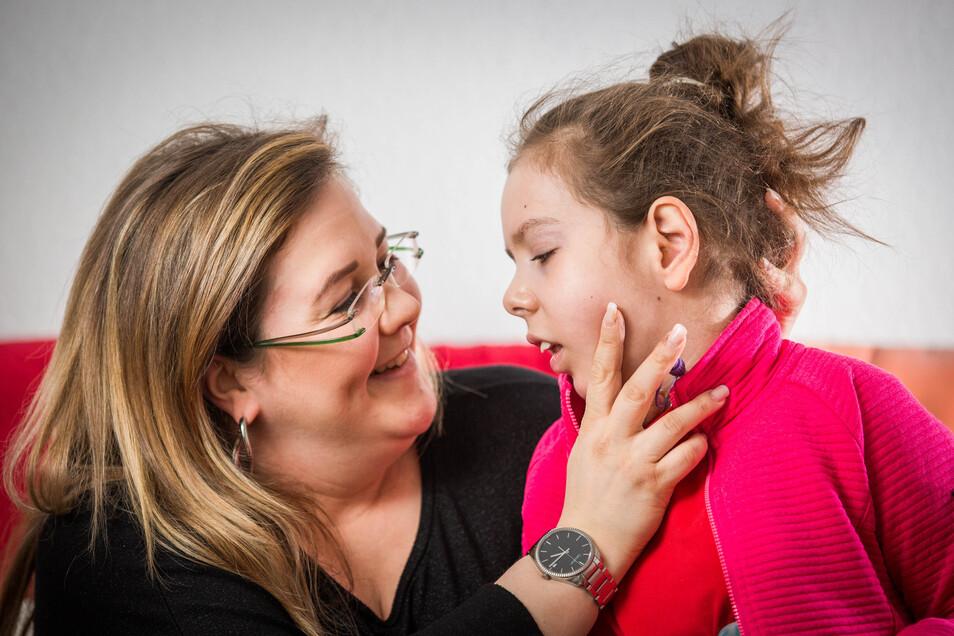 Freude über die kleinen Dinge: Mama Sandy Kutschmann mit Tochter Kim Lea.