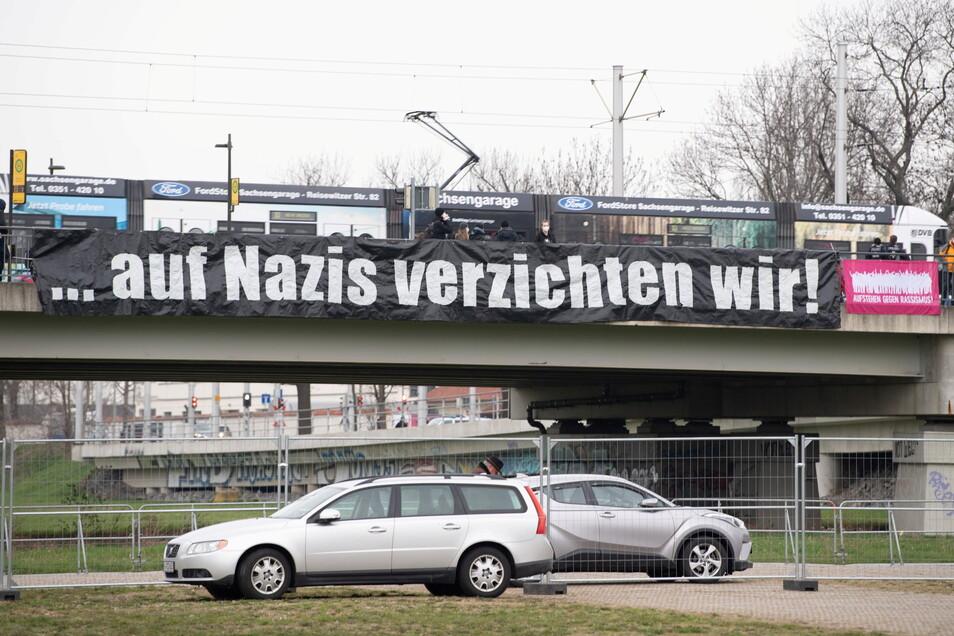 """Ein Banner mit der Aufschrift """"... auf Nazis verzichten wir"""" hängt an der Brücke vor dem Messegelände in Dresden."""