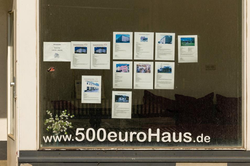 Kaum aus dem Gefängnis entlassen, beginnt der frühere Schlüsseldienst-Betrüger Karl-Leo Spettmann mit der Wiederbelebung seiner 500-Euro-Haus-Idee wie hier in Glauchau.