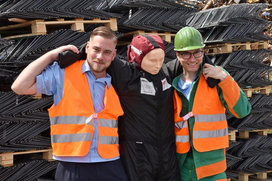 Riesas Wehrleiter Robert Gudat (l.) und Christian Dohr, Werkleiter im Feralpi-Stahlwerk, mit einer der gespendeten Übungspuppen.