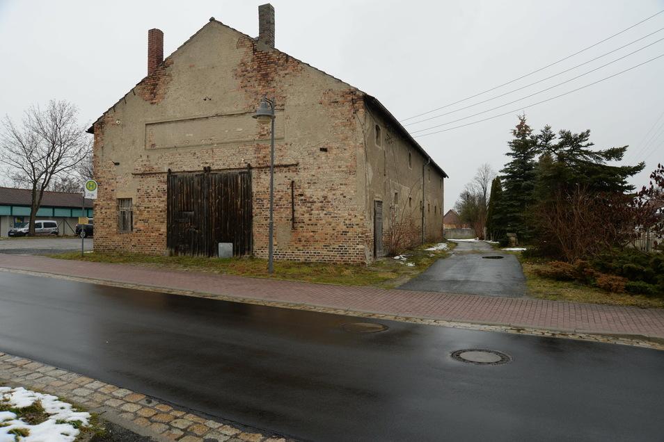 Die alte Scheune an der Straße nach Wiesa wurde einst als Lager der BHG genutzt. Nun soll sie zu einer Veranstaltungshalle umgebaut werden. So eine Einrichtung fehlt der Gemeinde Kodersdorf bislang.