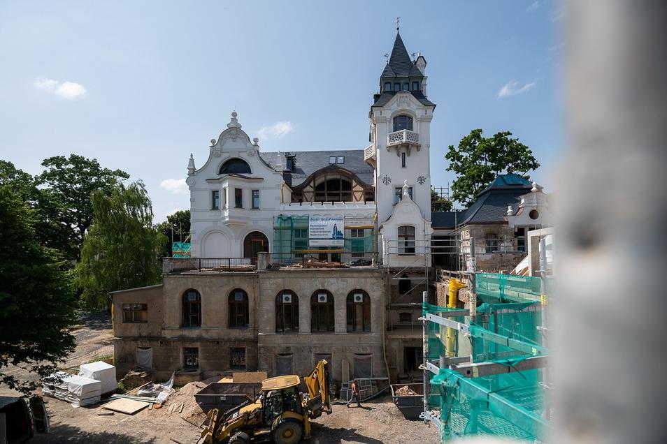 An der Rückseite der Villa Goethestraße 5 ist der Sanierungsfortschritt besonders gut erkennbar. Rechts steht das Kutscherhaus.