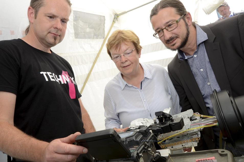 Im Juni 2017 war Baubeginn für das schnelle Internet in Thiendorf, das dort jetzt schon verfügbar ist. Hier: pac-Chefin Martina Feindura und Thiendorfs Bürgermeister Dirk Mocker (re.) sowie Frank Sparmann von der Telekom.
