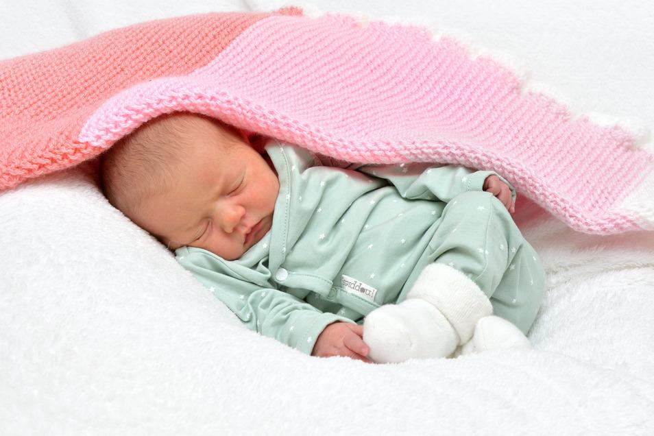 Cosima Forkert, geboren am 11. Dezember, Geburtsort: Städtisches Klinikum Dresden, Gewicht: 3.080 Gramm, Größe: 48 Zentimeter, Eltern: Maria und Dirk Forkert, Wohnort: Dresden