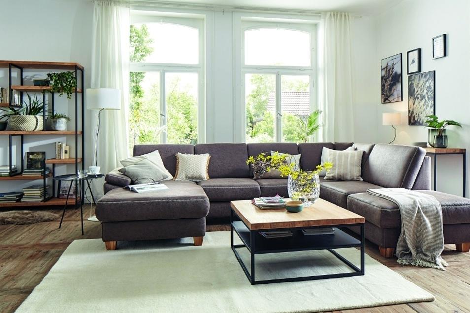 Die Kombination von Echtholz, klaren Formen und schwarzem Metall ist modern und zeitlos.