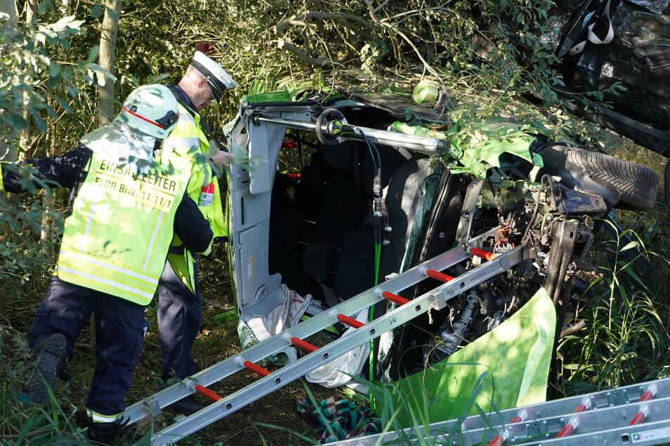 Nach dem Zusammenstoß von zwei Autos laufen Ermittlungen zu Unfallursache. Auch ein Gutachter ist vor Ort.