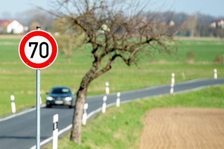 Die Stadt Großenhain hat mit der Übernahme der früheren Kreisstraße von Großenhain nach Rostig-Kalkreuth die Geschwindigkeit beschränkt. Das soll mehr Sicherheit für Radfahrer bringen.