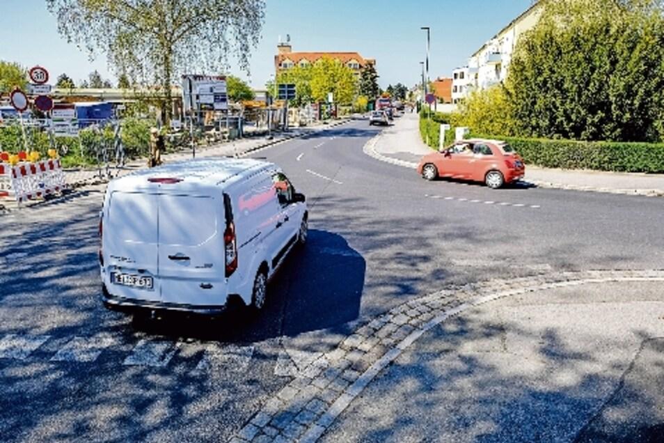Die Markierungen an der Kreuzung Emil-Schüller-Straße, Kötitzer Straße sind verblasst und müssen dringend erneuert werden.