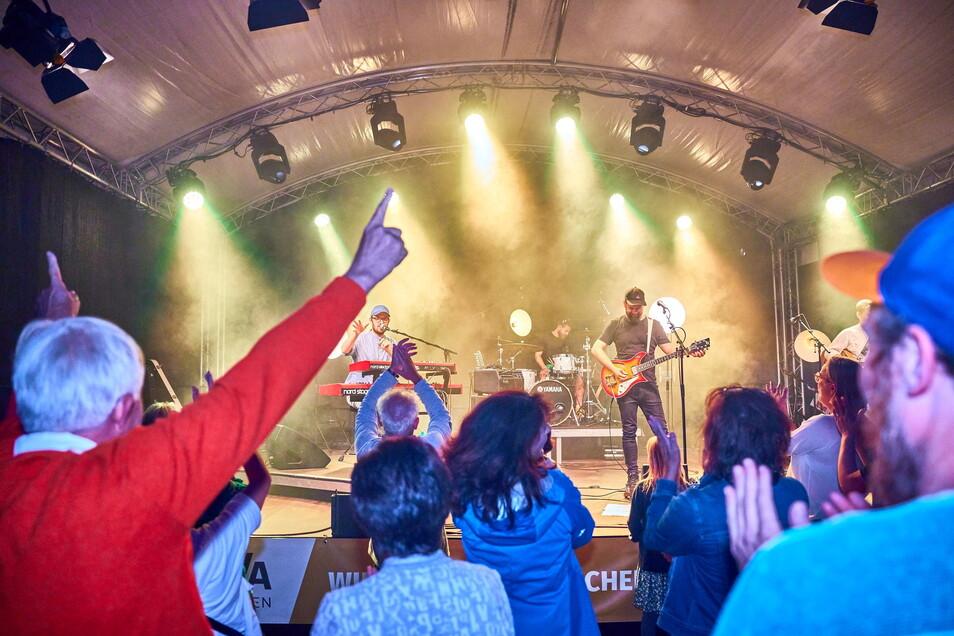 Als es dunkel wurde, trauten sich die Pirnaer Besucher und tanzten vor der Bühne, auf der die guten alten Beatles-Titel gespielt wurden.