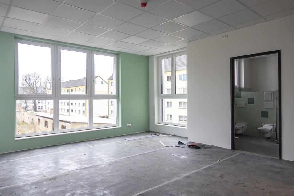 Sowohl im Ober- als auch im Untergeschoss sind die Gruppenräume mit großen Fenstern versehen. Die Bäder der Kita-Kinder sind grün, die der Krippe gelb gefliest.