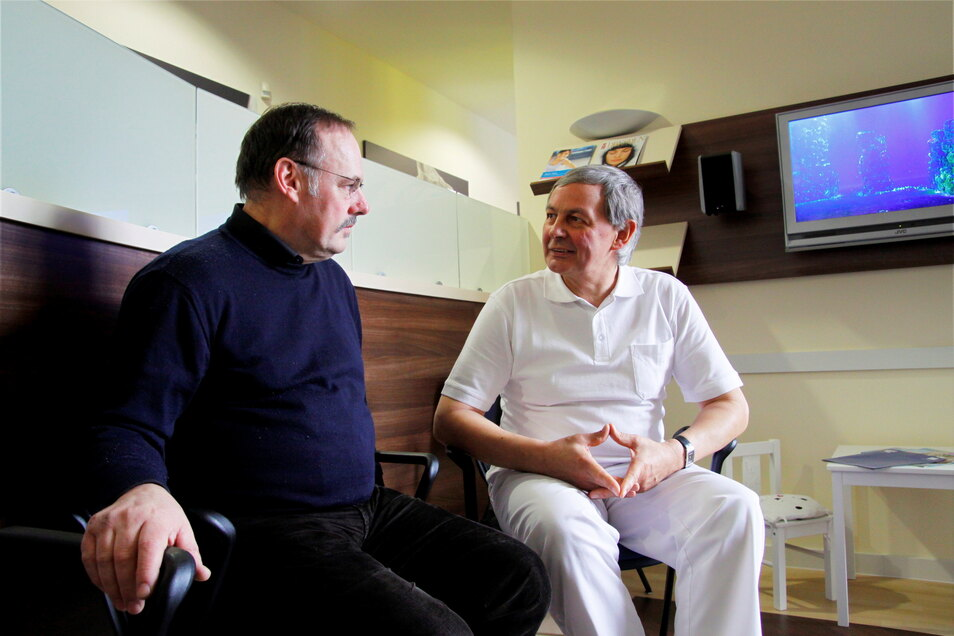 Ganz in weiß: Weidle in Berufskleidung mit seinem langjährigen Stadtratskollegen Dieter Gleisberg (CDU).