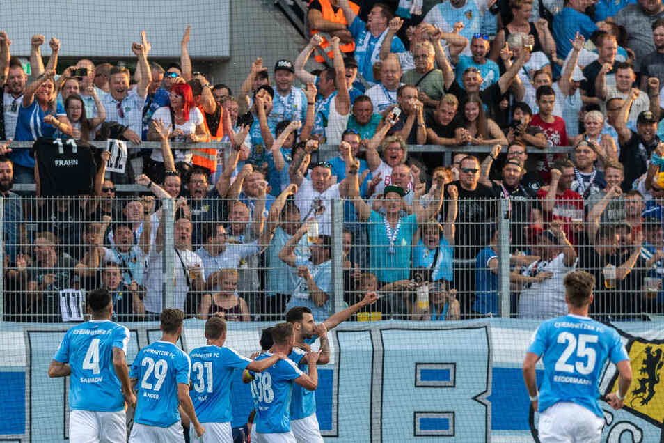 Dejan Bozic (M.) jubelt nach seinem Tor mit den Chemnitzer Fans.