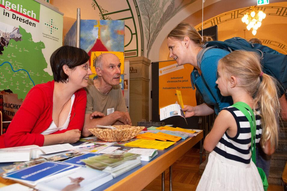 Mira Körlin und Joachim Stellmacher informieren bei der Ehrenamtsbörse Wenke Röseler und Tochter Marie (6).