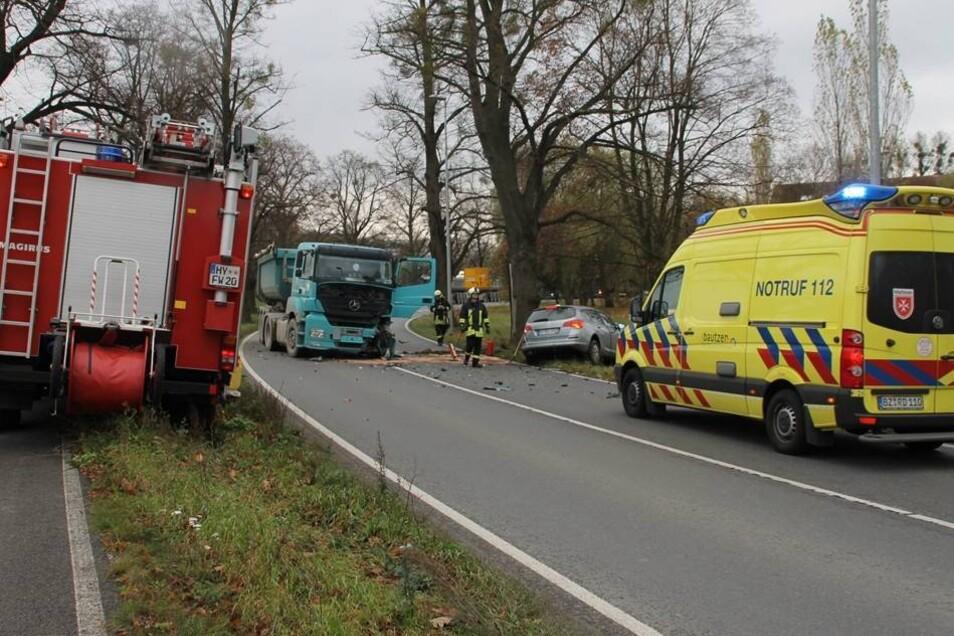 Während der Unfallaufnahme wurde bekannt, dass es möglicherweise eine Zeugin gibt, die an dem Opel der 64-Jährigen einen geplatzten Reifen gesehen haben soll.