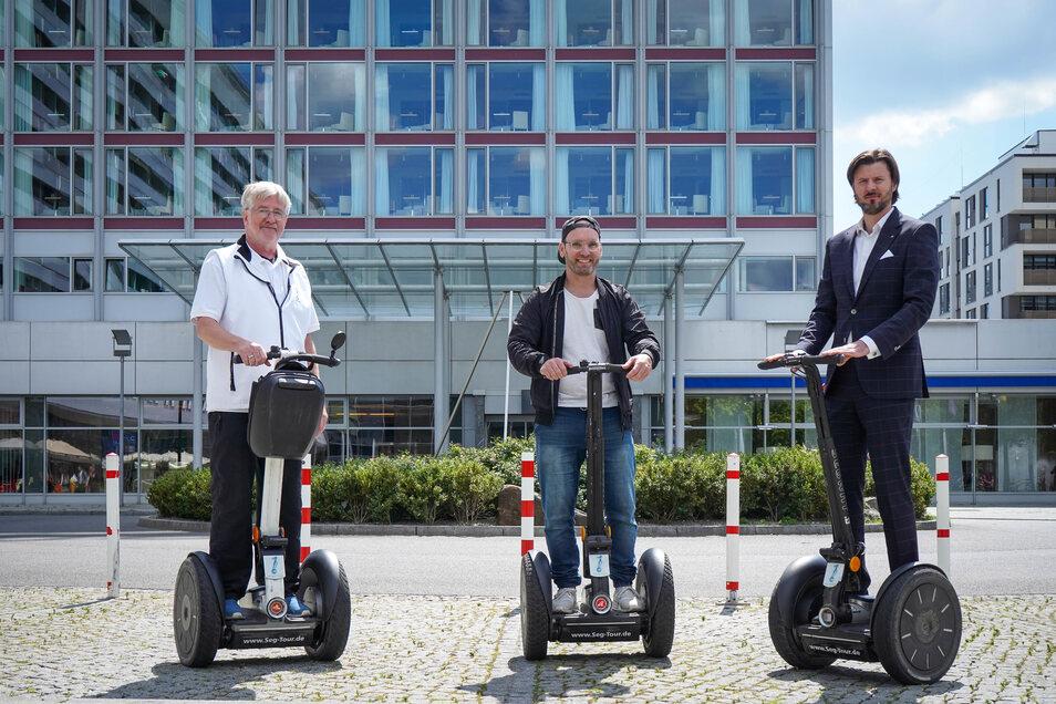 Marc Huster (M.) ging gemeinsam mit Segway-Guide Winfried Pfeil (l.) von der Segway Dresden GmbH, und Hoteldirektor Daniel Schlomann auf große Fahrt.