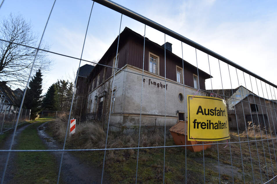 Früher eine Nobelherberge, jetzt eine Ruine, die abgerissen werden soll: der Geisinghof in Geising. Im Altenberger Rat macht man sich Gedanken, ob dort Fledermäuse leben und wohin die umgesiedelt werden könnten.
