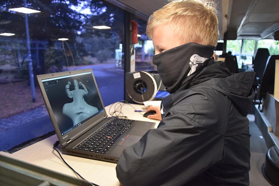 Theo verwandelt im Fabmobil den von ihm abgenommenen 3D-Scan in ein Insekt, das dann auch dreidimensional ausgedruckt wurde.