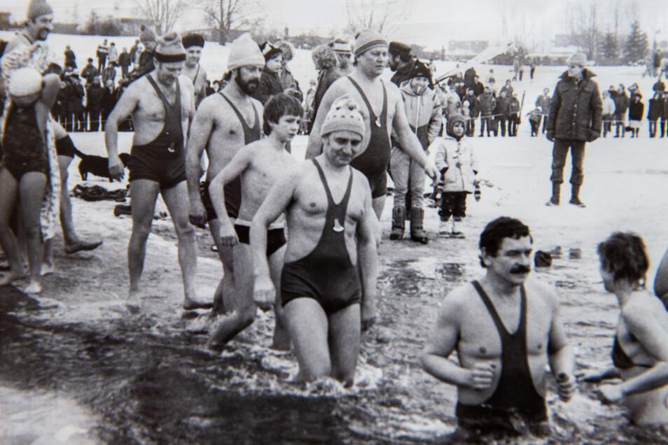 Über 10.000 Besucher kamen, um die Winterschwimmer 1986 bei Eis und Schnee in den Natursee steigen zu sehen. Repro einer Aufnahme aus dem Jahr 1986.