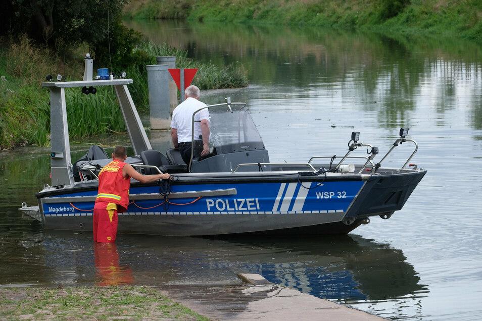 Ein Boot der Wasserschutzpolizei wird in die Unstrut gelassen. Mehrere unabhängige Zeugen wollen dort ein Krokodil gesehen haben.