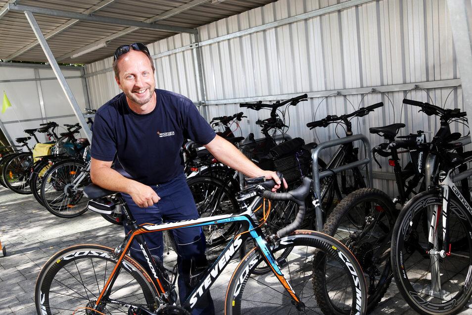 André Stein kommt fast jeden Tag von Ostrau zu seiner Riesaer Arbeit geradelt: Die Firma HGDS wurde nun als erstes sächsisches Unternehmen überhaupt als besonders fahrradfreundlich ausgezeichnet.