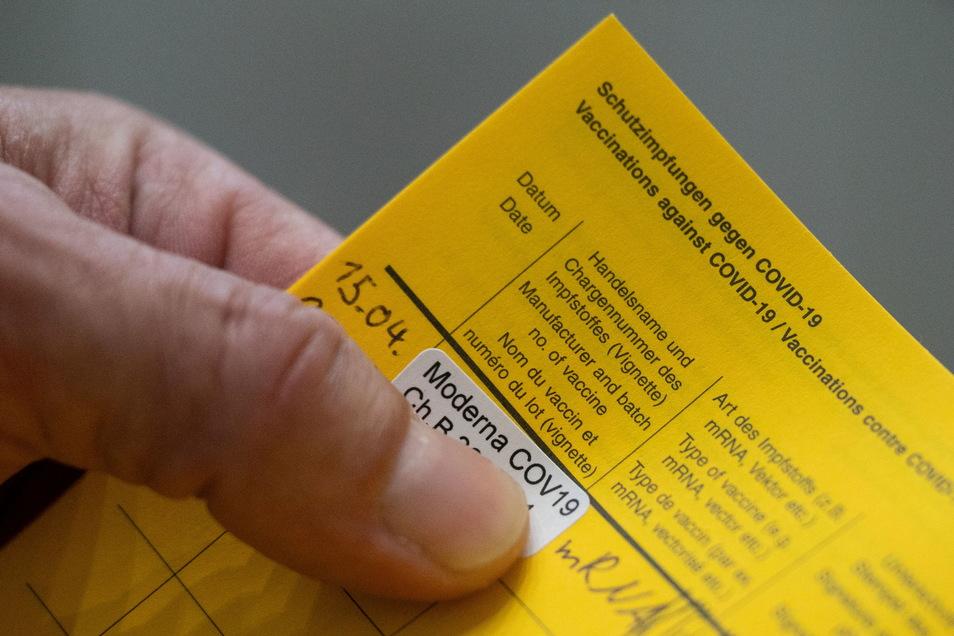 Immer mehr Sachsen haben den Nachweis eine Corona-Schutzimpfung in ihrem gelben Impfausweis. Ein digitales Dokument wäre vielen lieber.