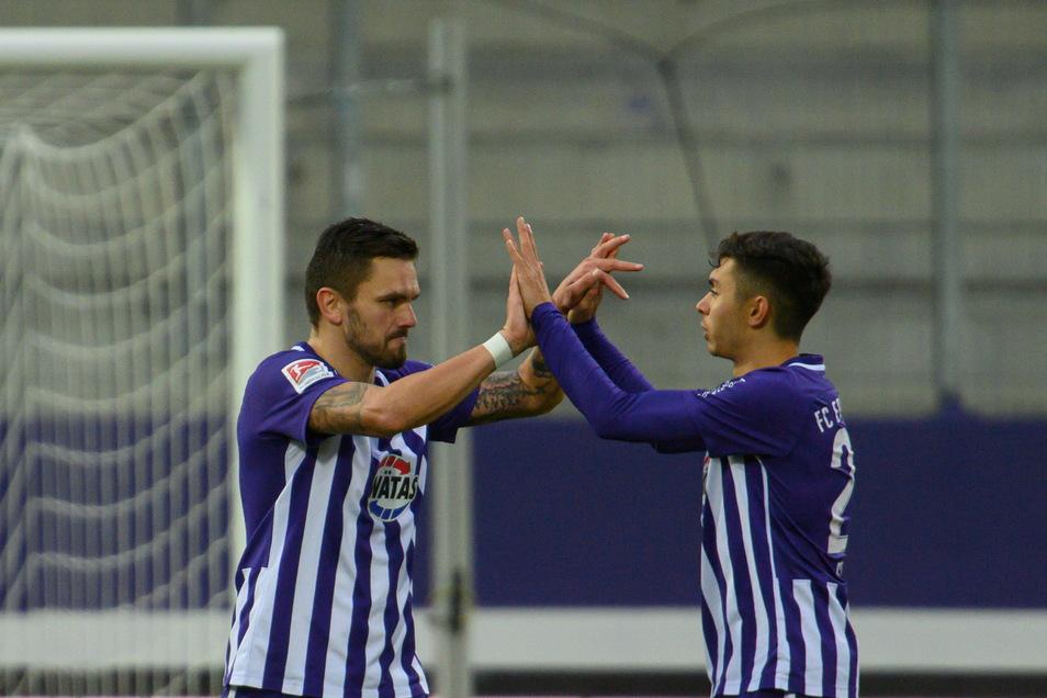 Aues Pascal Testroet (l.) jubelt nach seinem Elfmetertor zum 2:0 mit John-Patrick Strauß. Auch das Führungstor für den FC Erzgebirge beim 3:0 gegen Darmstadt hat der Ex-Dynamo erzielt.