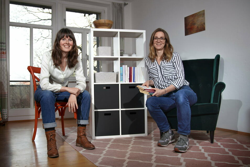 Hempels Schwestern stehen zu Diensten: Sabrina Rox (l.) und Johanna Lemke helfen den Dresdnern beim Ausmisten.
