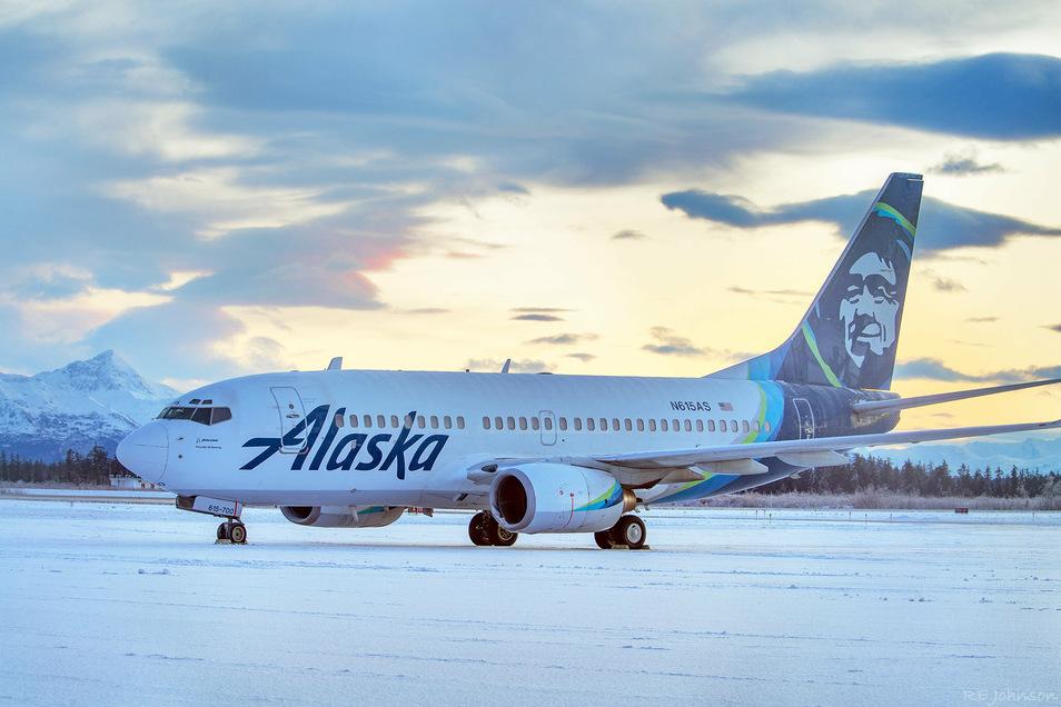 Ein Flugzeug der Alaska Airlines steht mit beschädigtem Triebwerk auf dem Flughafen von Yakutat. Das Flugzeug kollidierte beim Landen mit einem Braunbären. Das Tier starb.