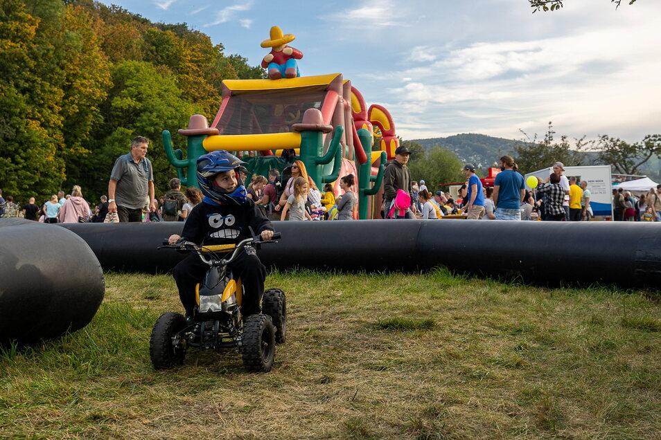 Die Quad-Rennstrecke war vor allem bei den Jungs beliebt, hier dreht der kleine Justin eine Runde.