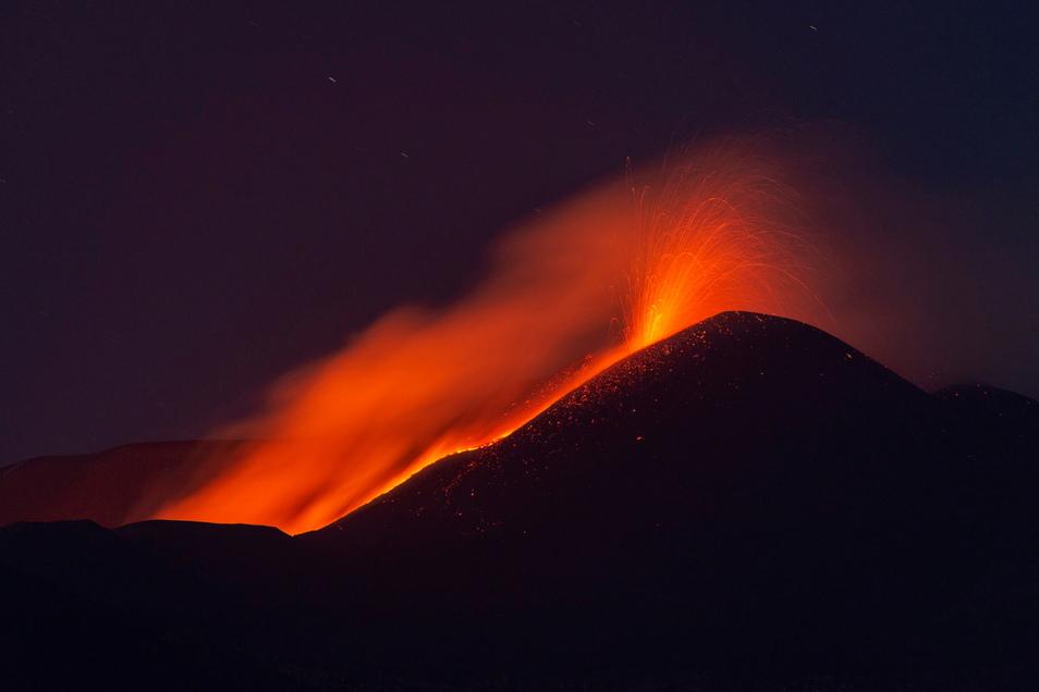 Bereits in der Nacht zu Dienstag leuchtete der Gipfel des mehr als 3.300 Meter hohen Berges auf.