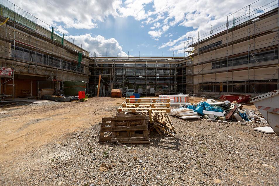 So sieht derzeit der Eingangsbereich des künftigen Gymnasiums aus. Der Gebäudeteil für die älteren Schüler steht rechts. Hier sind die Bauarbeiter gut vorangekommen.