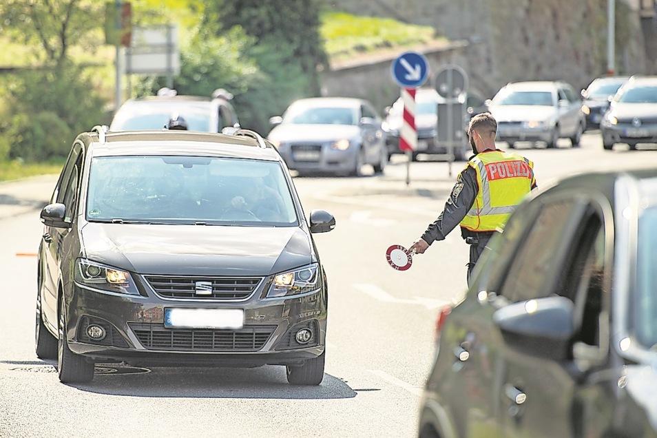 Auch Autofahrer, die Fahrräder im Anhänger dabei hatten, wurden aus dem fließenden Verkehr am Festungsberg gezogen.