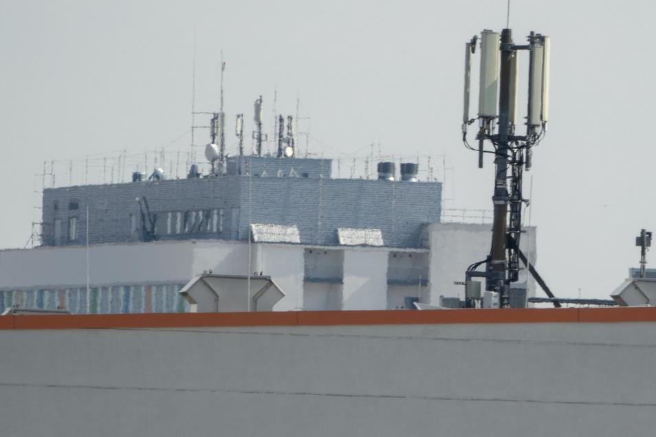 Eine Mobilfunkantenne auf dem Dach der Riesaer Sachsenarena. In Zeiten der Ausgangssperre sind Telefon und Internet für viele noch unverzichtbarer als sonst.