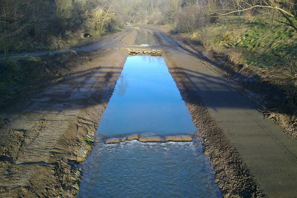 Auf den breiten Streifen neben dem Fluss - der untersten Berme - könnte ein Radweg gebaut werden. Hier ein Bild von der Instandsetzung.