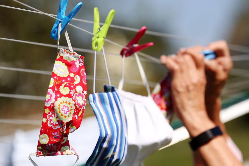 Zum Trocknen auf die Leine gehangen: die selbstgenähten Mundschutzmasken.