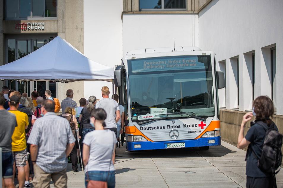 Das DRK plant, das Angebot außerhalb der Impfzentren auszuweiten - so wie hier kürzlich vor einem Spiel von Dynamo in Dresden.
