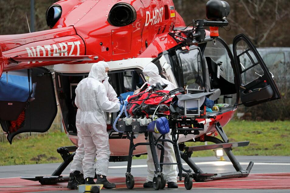 """Ein Corona-Intensivpatient aus Sachsen wird auf dem Gelände der """"Universitätsmedizin Rostock"""" aus einem Hubschrauber in einen Krankenwagen verladen."""
