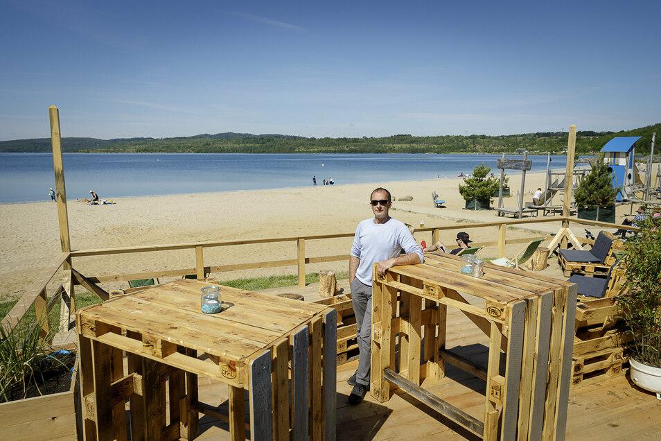 """In Höhe der Strandbar am Berzdorfer See wird es ab Donnerstag eine schwimmende Bühne geben, auch die Strandbar ist in die """"Carmina Burana""""-Veranstaltungen einbezogen (im Bild Betreiber René Freigang). Am Freitag gibt es ab 15.30 Uhr bereits eine Probe."""