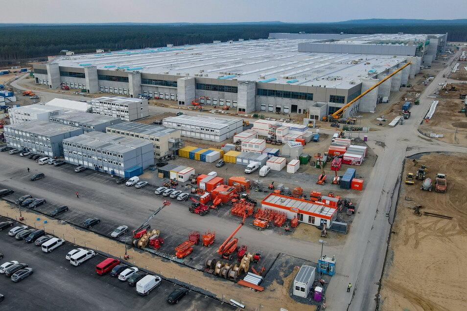 Fast fertig, aber noch keine Hauptgenehmigung: Die künftige Tesla Gigafactory in Grünheide.
