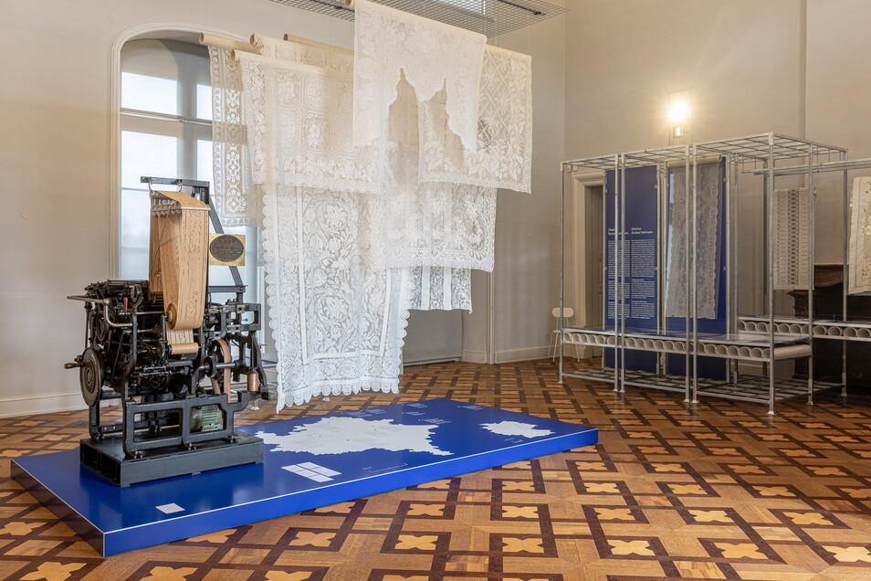 Maschine trifft zarte Spitze. Die Farbe Blau dominiert in der Ausstellung, weil die Muster, die man 1900 zur Weltausstellung nach Paris verschickte, auf blaues Seidenpapier aufgenäht waren.