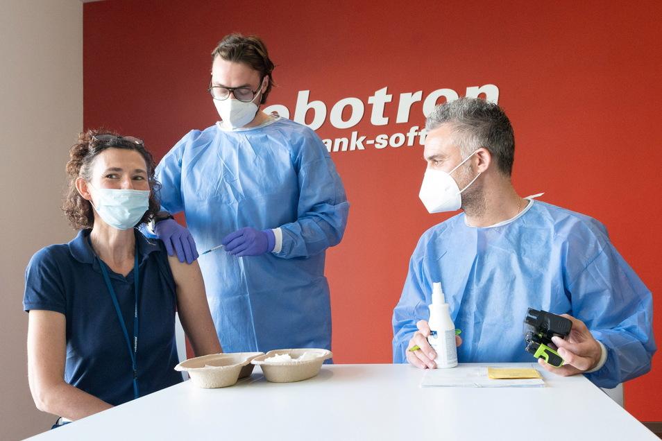 Robotron-Personalchefin Solveig Surner wird Arzthelfer von Finn Jürgensen und Impf-Arzt Dr. Thomas Jürgens vor der Impfung beraten.