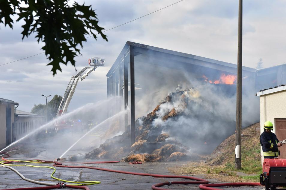 Am 26. August wird das Strohlager der Agrargesellschaft Ruppendorf ein Raub der Flammen.